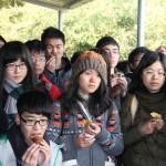同学们聚精会神地聆听王阿姨的讲述